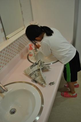 Foto 2. Anak-anak SD Jinju Midori membersihkan setiap sudut sekolah termasuk lapangan indoor dan toilet