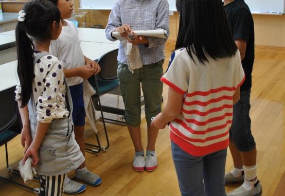 Foto 3. Selesai membersihkan kakak kelas di 6 SD Jinjzu Midori melakukan supervisi berbekal daftar cek menanyakan pekerjaan yang telah dikerjakan oleh tiap kelompok kebersihan