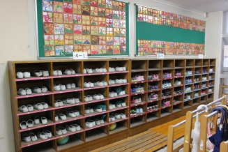 Foto 5. Menjaga kebersihan sekolah di mulai dari masuk sekolah, sepatu selama perjalanan di simpan di loker. Selama di kelas atau koridor sekolah mereka menggunakan sepatu khusus terbuat dari karet.
