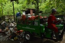 Sampah dibawa dari rumah penduduk ke TPST3R