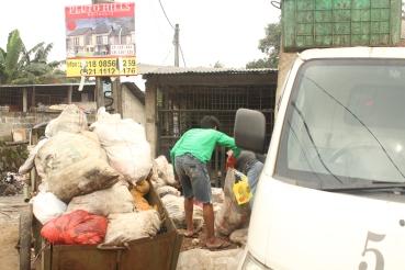 Tukang Sampah membawa gerobak sampah ke TPS biasanya dipinggir jalan agar mudah diangkut mobil truk atau mobil bak.