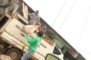 Mobil bak atau truk mengangkut sampah ke TPA
