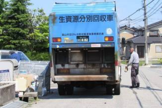 Gambar 6. Truk mengambil sampah dari TPS, karena hari itu sampah daur ulang, maka sampah akan dibawa ke ecotown park.